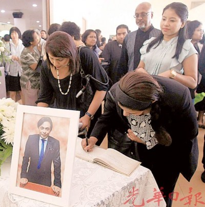 约百名亲友及同事出席莫莱斯的追悼会。后排右二是西华拉沙。