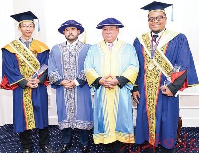 敦胡先翁大学名誉校长柔佛州苏丹依布拉欣殿下(左3)表扬获得王家表扬奖(卓越金牌)的两名毕业生。左2为王储东姑依斯迈。