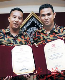 法立斯祖安(左)与阿哈京日前接受褒扬奖状。