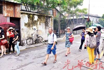 烟霾不影响人潮,游客自在游玩古迹区。