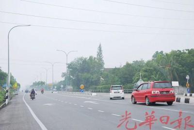 由于能见度低,公路使用者受提醒小心驾驶,以免发生交通意外。