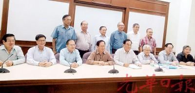 王超群(右4)担任董教总教育中心(非营利) 有限公司主席。左起为陈国辉、张锦祥、张贤炳、刘利民、赵燊儒、林忠强及戴炳基。