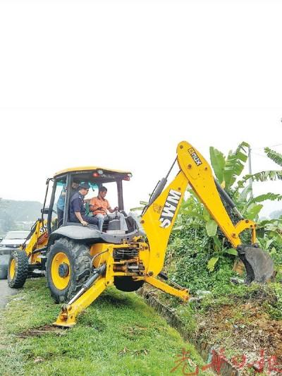 扎玛尼及杨国良坐上负责捣毁窝点挖土机了解情况。