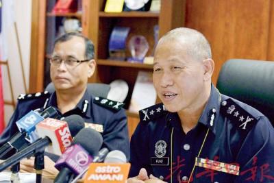 弗亚由副手基尔(左)陪同,向媒体叙述今年的车祸率情况。
