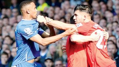 德比火爆一幕:利物浦的詹(右)与埃维顿后卫加洛威动手了!