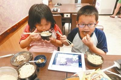 儿童在用時亦在用電子產品。