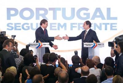 葡萄牙执政联盟成功在大选被胜有,部科埃略(左)与其盟友保守派人民党领袖波塔斯(右)上联合声明后握手,连相互祝贺。