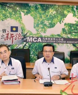 廖中莱(中)在马华副总会长拿汀巴杜卡周美芬(左起)、署理总会长拿督魏家祥、副总会长何国忠及妇女组主席拿督王赛之的陪同下,向媒体汇报中委会的决定。