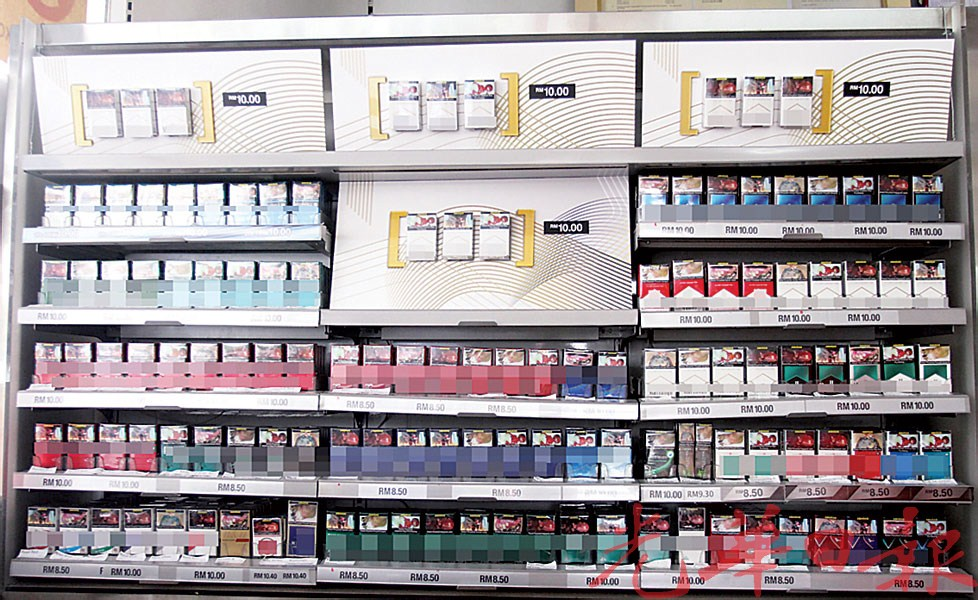许多杂货店、咖啡店、便利店的收银柜台后方,都展示着一整片排列整齐、包装鲜艳的香烟,十分抢眼又唾手可得。