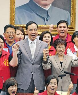 朱立伦早前现身支持总统候选人洪秀柱(中),如今却闹出内讧,让人不胜唏嘘。(中央社照片)