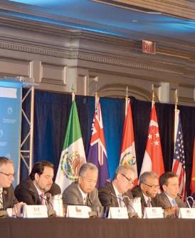 12个太平洋国家贸易部长在达成协议后出席记者会。(新华社照片)