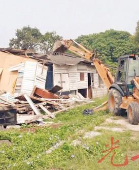 无情铲泥机,推倒一间又一间木屋。