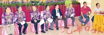 交流会上左起陈金标、张程兴、黄吉和、尤水升校长、林荣华、拿督张文铭、廖国华及陈德祥。