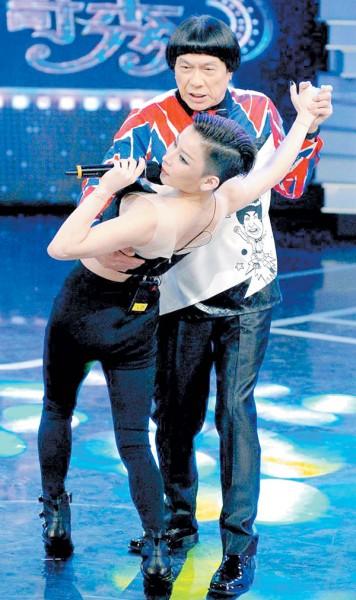 温岚上《华视天王猪哥秀》与猪哥亮共舞。