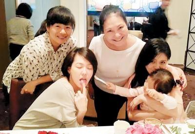 大小S和妈妈、姐姐相聚,小S用手指点在舌头上,做出性感魅惑的姿势,而大S则是亲吻女儿的头。