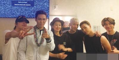 章子怡(左三)黑帽搭宽松黑衣,笑容灿烂地与BIGBANG合照。