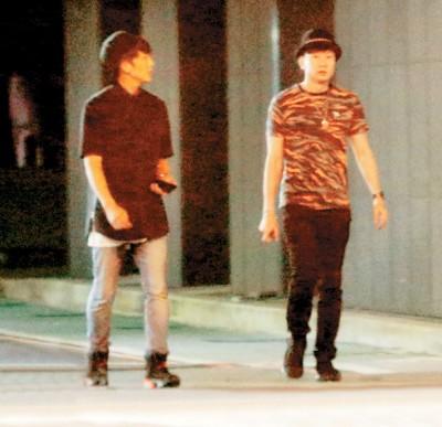 林俊杰(右)和好友怀秋(左)在台北市大安区酒吧厮混后离开,准备去牵车。