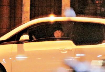 和怀秋道别后,林俊杰独自驾车到东区一家KTV。