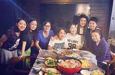 容祖儿分享了与王祖蓝一家聚餐的合照,感慨2人相识已有28年。