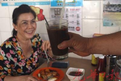 饮料收费不胜,食客喝得开心。