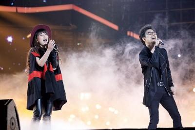 贝贝和汪峰的合唱曲目是汪峰写给谭维维的《石头在歌唱》。
