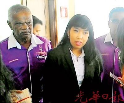 柯淑燕(中)在法庭外告知媒体有关裁决,左1为马尼甘。