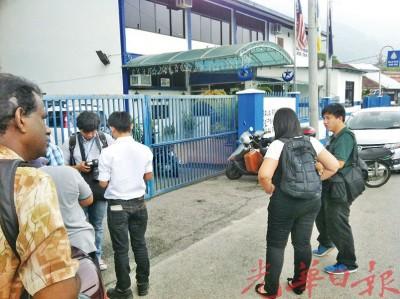 媒体接获情报后,纷纷赶至警局外查探。