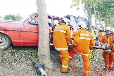 消拯员锯开车身后,合力将受困在车内的重伤者抬出来。