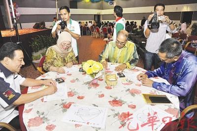 嘉宾们包括黄罕荣、拿汀拉兹哈、拿督阿都慕达利及祖基菲用心填上色彩,参与感恩马来西亚我爱马来西亚活动。