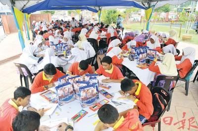 不同年级的学生齐参与活动,用彩色笔为爱马来西亚的心填色。