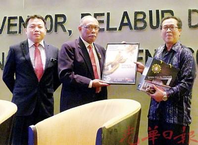 尤索夫(左二)赠送纪念品予槟州发展机构总经理拿督罗斯里(右),由槟反贪会调查组主任郑重恩陪同。