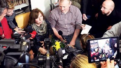 阿列克谢耶维奇被记者追访。(法新社照片)