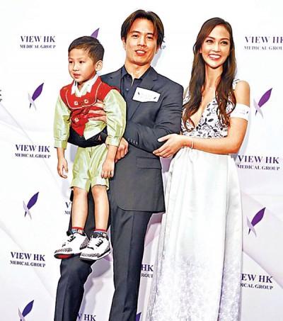 安志杰抱着小朋友与JC合照,俨如幸福一家人。站在一旁的JC凸肚现形。