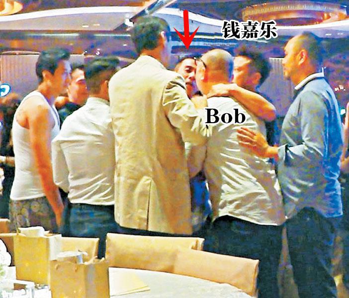 婚礼上陈小春(箭头处)和Bob爆发争执拉扯,场面一度混乱。