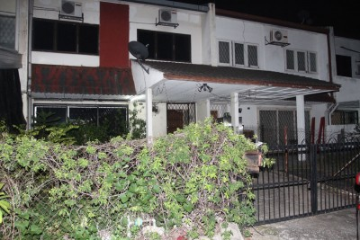 主嫌犯的妻子携带孩子们外出用餐,住家大门深锁。
