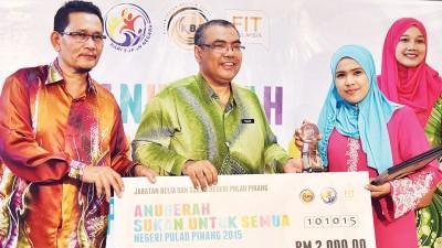 沙阿里颁发最佳体育女子领袖奖给伊达尤。