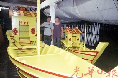 文秀(左)的老小陈玉金(42寒暑)同孩子都会帮助他造船。