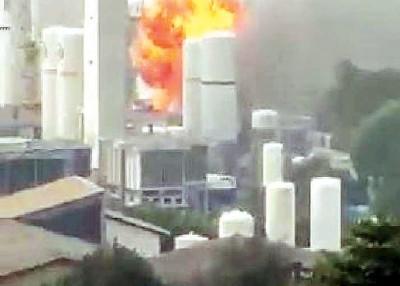 爆炸后现场冒出火球。