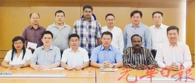 霹雳州行动党要求政府向大道公司征收暴利税、同时检讨大道合约!前左起林碧霞、黄家和、郑国霖、倪可敏、西华古玛及黄文标。