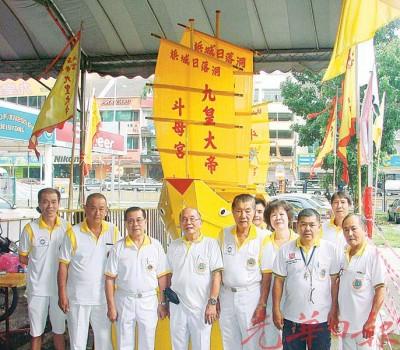 日落洞斗母宫九皇大帝理事会站在郭廷汉制作的皇船前合影。左3为主席准拿督陈清闲(清海)