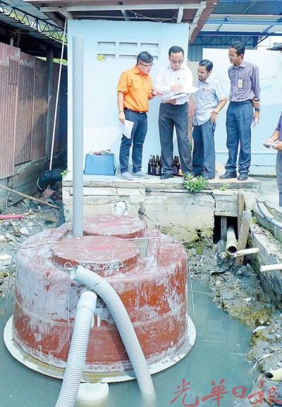 刘敬亿(左1)在祖安兹米(左2)等陪同下巡视已安装在桥下的CIS化粪槽排污系统。