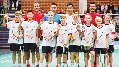 """(后排左起)彼得盖、李宗伟、道菲和林丹在""""王者之志""""活动上与丹麦羽球小童合影。"""