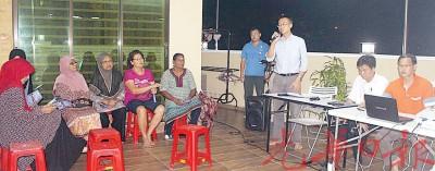 李凯伦(右3)告居民踊跃投报水灾灾情,便民当局调查原因。