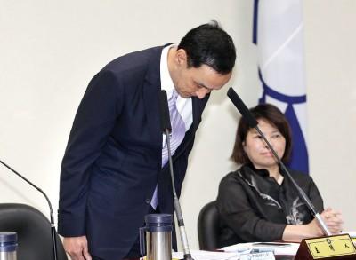 国民党主席朱立伦在中央党部主持中常会,两度向党员与洪秀柱鞠躬道歉。(中央社照片)