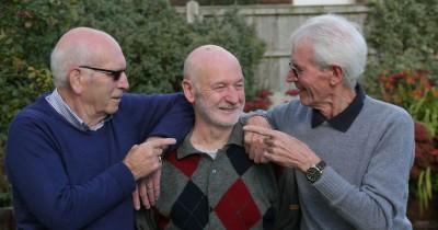 三兄弟终重聚。从左起为麦克,约翰和詹姆士。