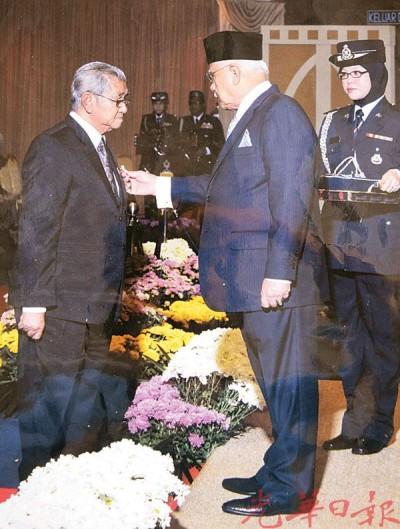 房添吉在2014年曾得由槟州元首颁发『国英雄功勋奖章』。