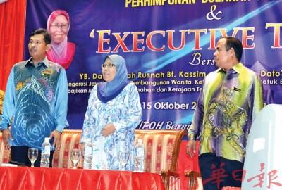 市长占比里曼(左)伴霹雳州行政议员罗斯纳(受)与行政论坛,右1市政厅秘书扎古安。