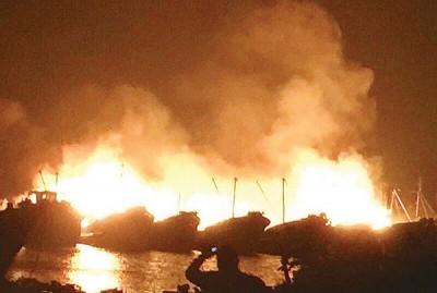 10艘渔船着火,现场浓烟滚滚,火光冲天。