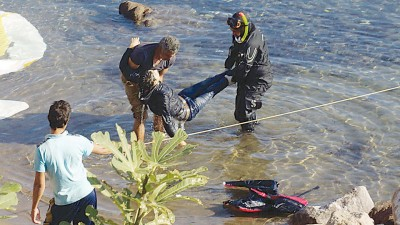 拯救人员捞起一具尸体。(法新社照片)