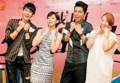 《我的少女时代》在台湾上映了2个月还没下档,导演陈玉珊(右起)和3位主角王大陆、宋芸桦及李玉玺希望大马票房也能取得佳绩,并承诺大马票房若破500万令吉将再次来马谢票。